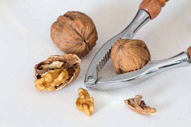 Грецкие орехи и орехокол