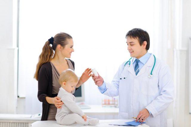 Мама с ребёнком и врач