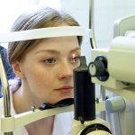 Женщина проверяет зрение с помощью аппарата