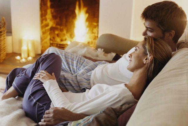 Супруги на диване