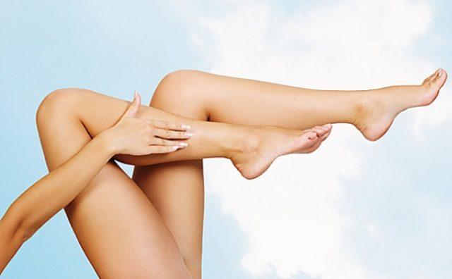 Гладкие ноги девушки после эпиляции