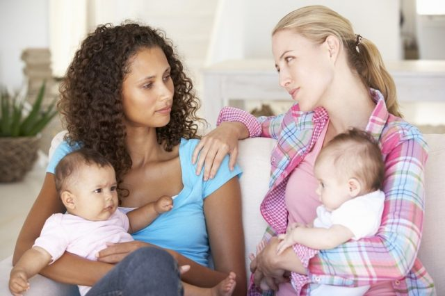 Две девушки с детьми