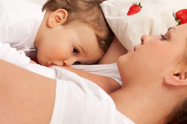 Ребёнок сосёт грудь