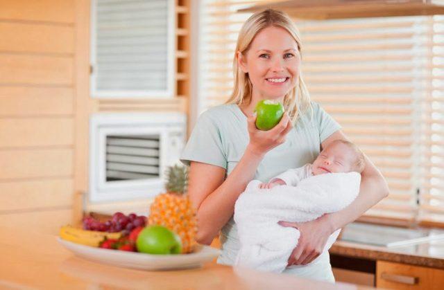 Женщина с ребёнком на руках и яблоком