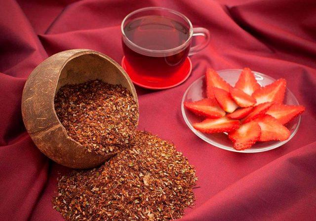 Сухой и заваренный чай ройбуш
