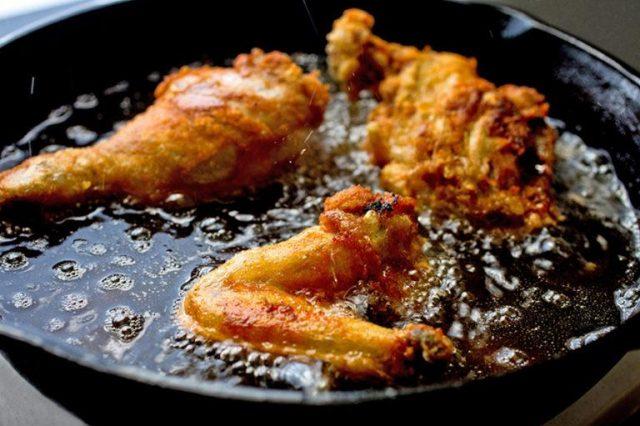 Жареная курица на сковороде в масле