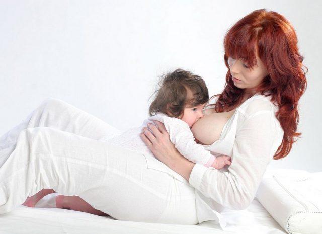 Малыш на маме