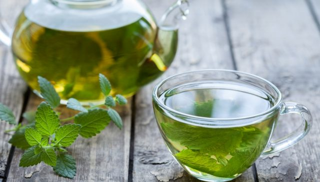 Мелиссовый чай с мёдом