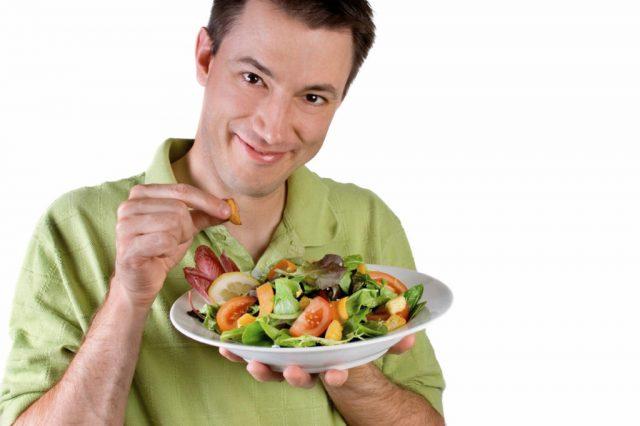 Мужчина и салат