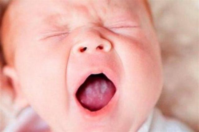 Ребёнок открыл рот и зажмурил глаза