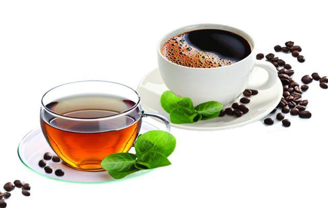 Чашка чая и чашка кофе на белом фоне