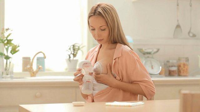 Мама сцеживает молоко