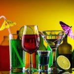 Алкогольные напитки на столе
