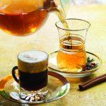 Чай и кофе к кружках с блюдцами на столе