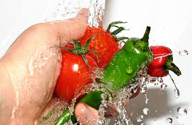 Человек моет овощи