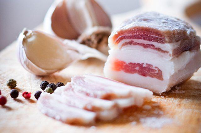 солёное сало с прожилками мяса