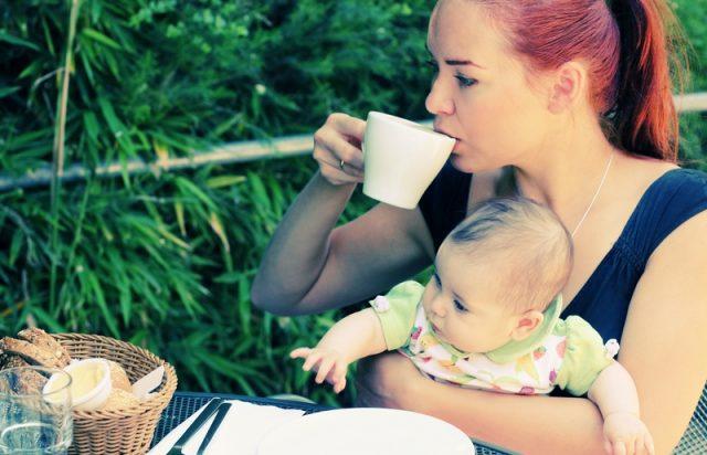 Мама пьёт чай