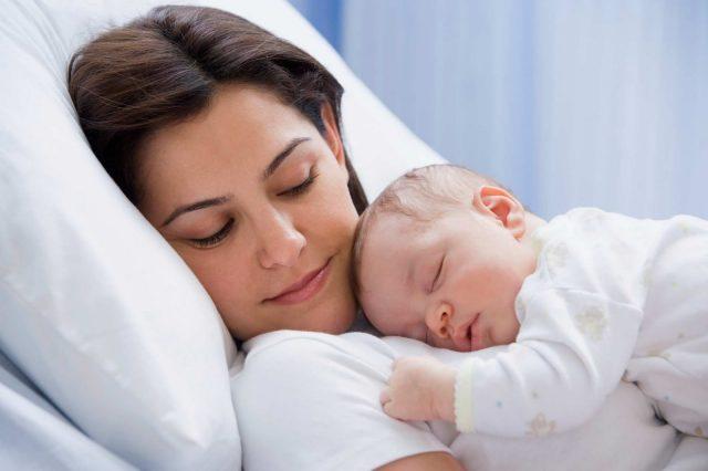 Малыш спит вместе с мамой