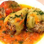 Перец, фаршированный мясом и рисом с овощной подливой