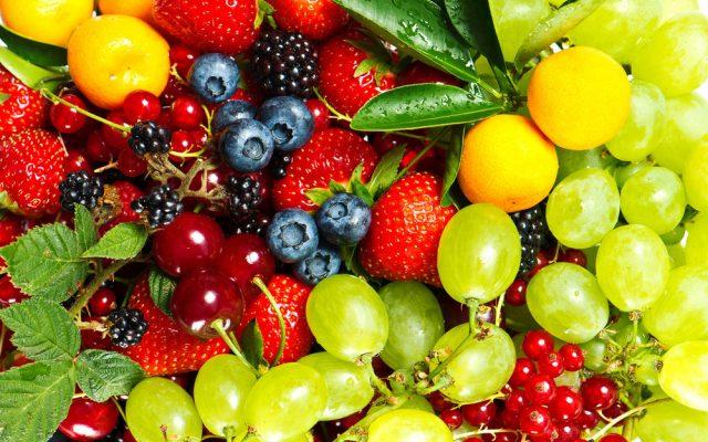 Фрукты и ягоды в ассортименте