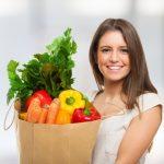 Женщина с пакетом овощей