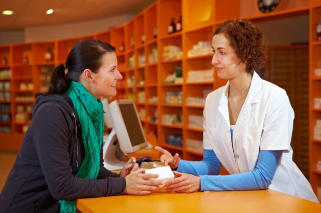 Женщина в аптеке