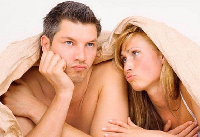 Парень и девушка под покрывалом, обиженное выражение на лице у него и заискивающее у неё