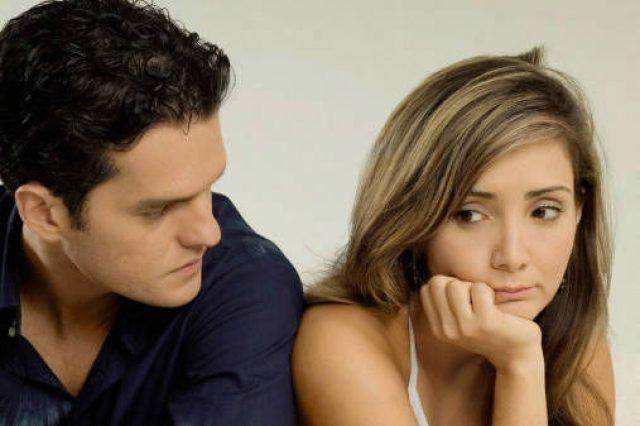 Парень смотрит на девушку, которая с виновато-недоумевающим взглядом немного от него отвернулась