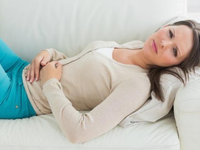У женщины болит живот в области желудка