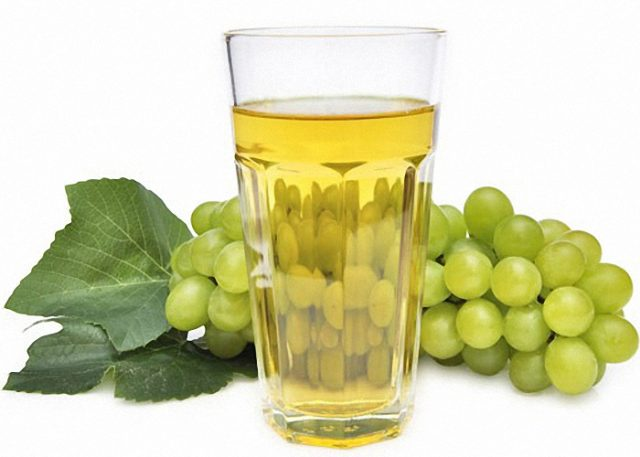 Виноградный сок в стакане и ягоды винограда