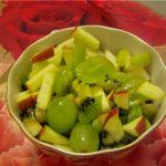 Салат из винограда, яблок и киви