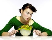 девушка жуёт салат