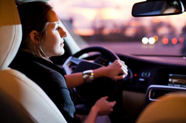 Женщина за рулем