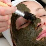 Женщине накладывают на лицо маску из ламинарии