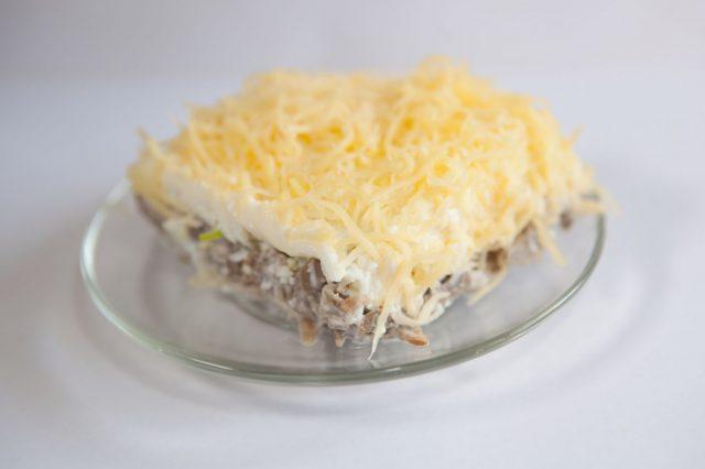 Простой мясной салат на тарелке