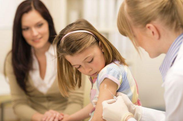 Врач делает прививку ребёнку