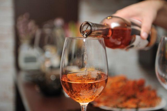 Алкоголь наливают в бокал