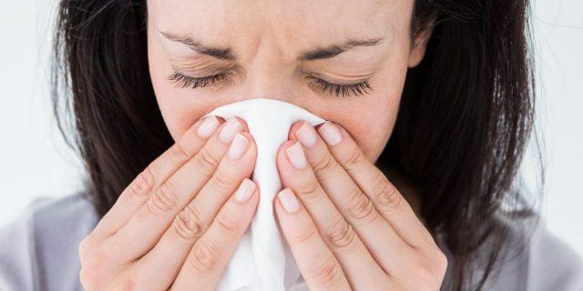 У женщины аллергический насморк