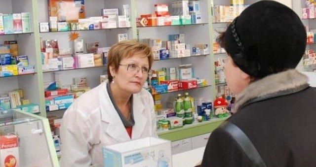Фармацевт разговаривает с посетителем аптеки