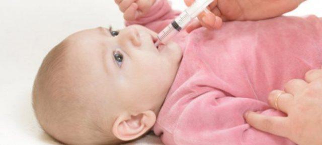 Ребенку дают Эсмпумизан из мерного шприца