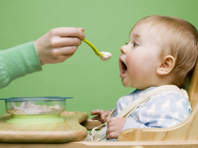 Малыш ест с ложки