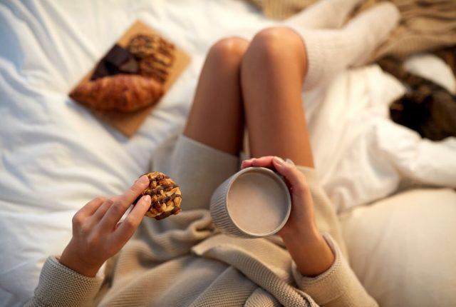 Женщина с чашкой какао