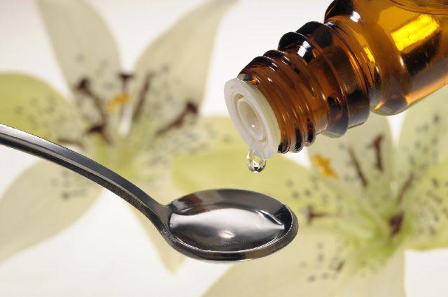 Лекарство капают в ложку