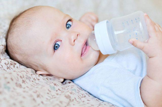 Малыш пьёт из поильника