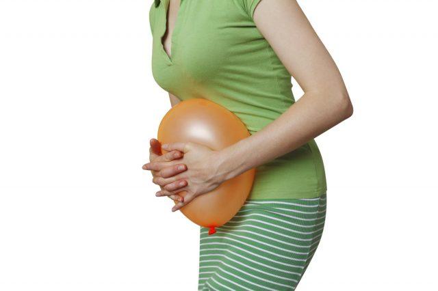 Девушка держит в руках шарик