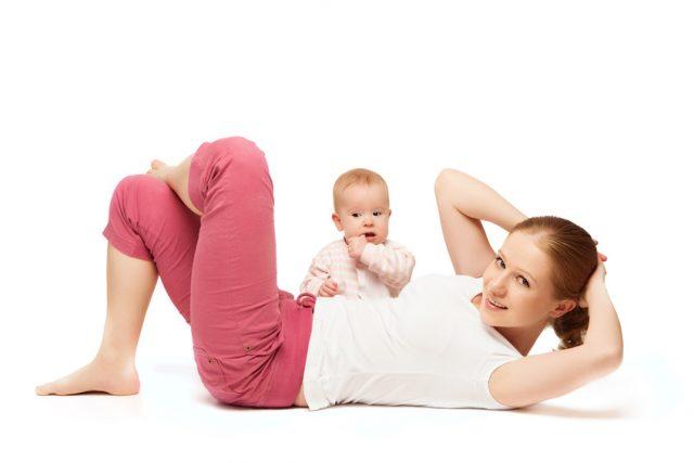 Молодая мама делает упражнение