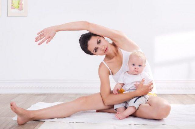 Женщина с малышом на руках делает упражнения