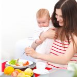Мама ест свежие овощи