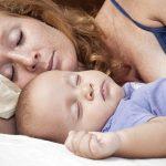 Мама с младенцем отдыхают