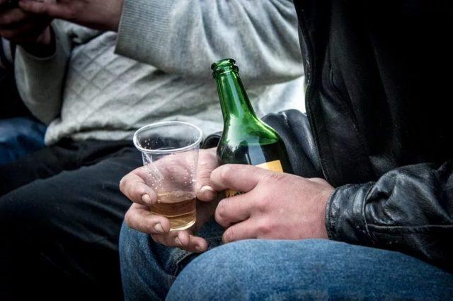 Мужчина держит пиво
